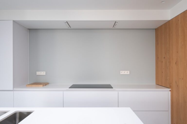 Keuken: Gelakte glazen achterwand.