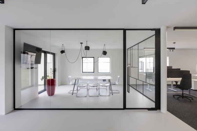 Vergaderruimte met glazen scheidingswand in steel look