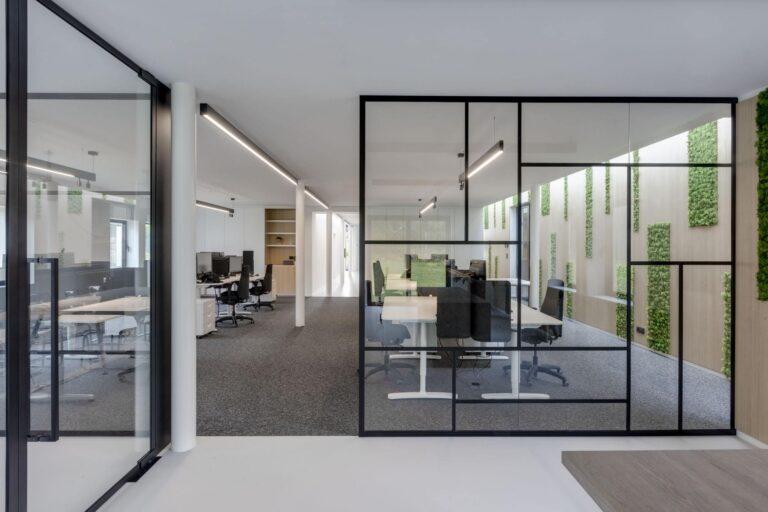 Kantoorruimte met glazen scheidingswand in steel look