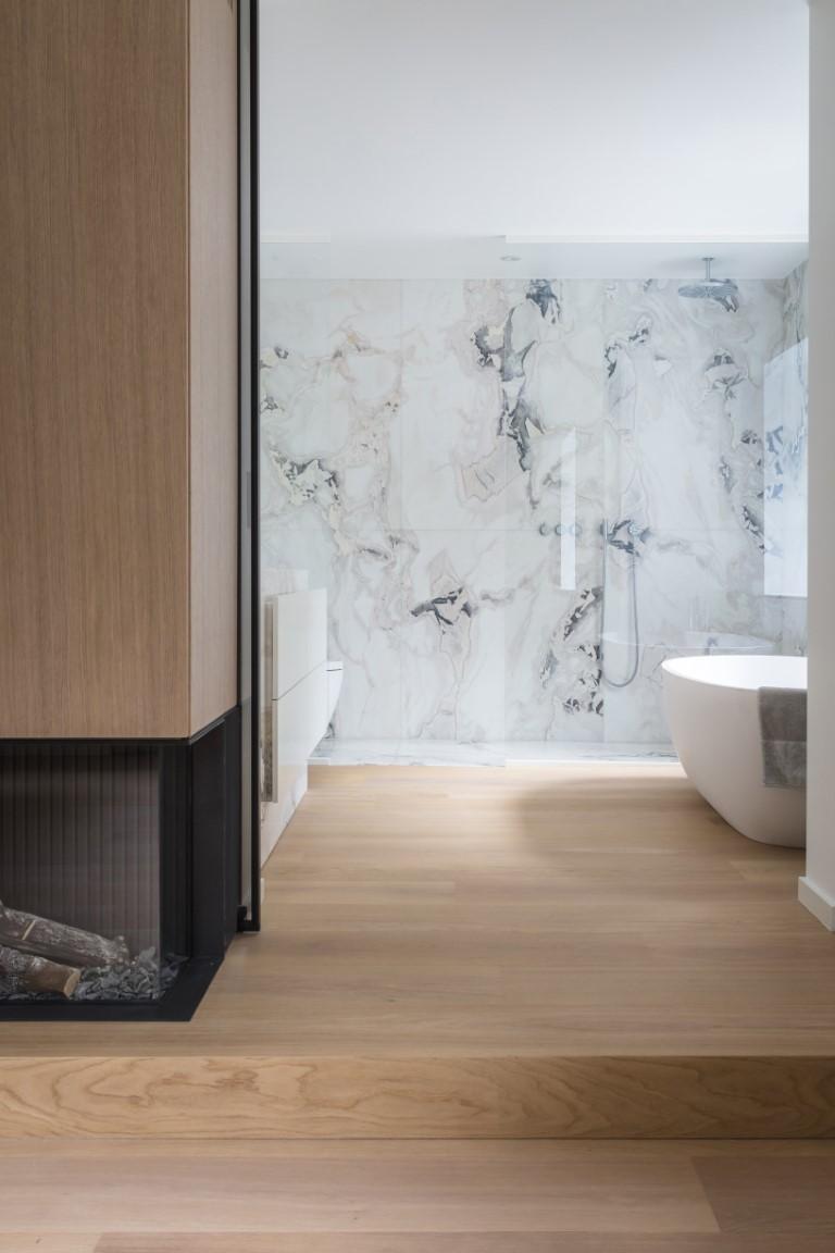 Een douchewand in helder glas in een moderne badkamer