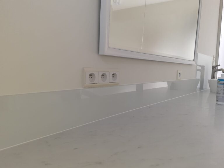 glazen spatwand in de badkamer beschermt de muur