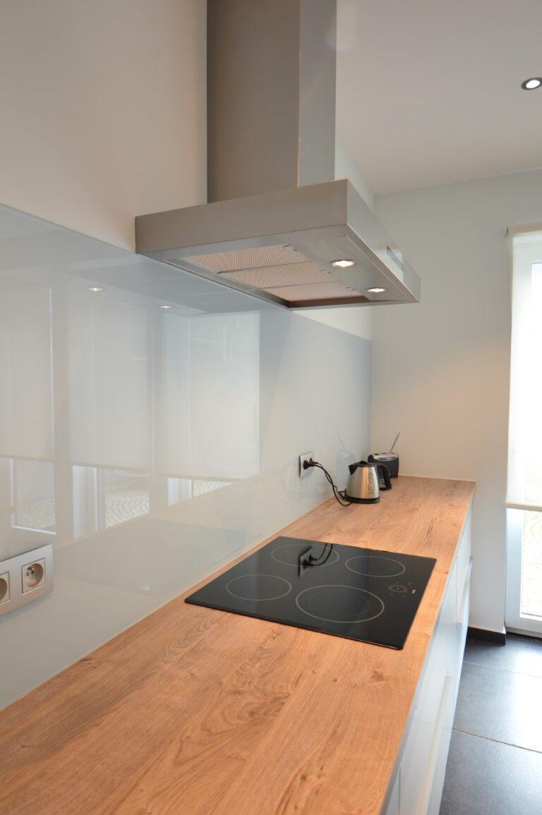 grijs gelakte glazen spatwand keuken