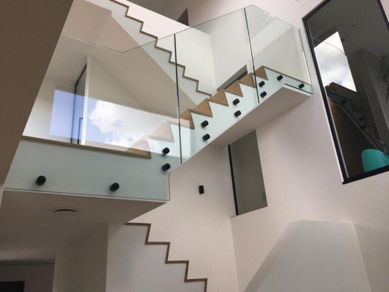 glazen balustrade naast de trap