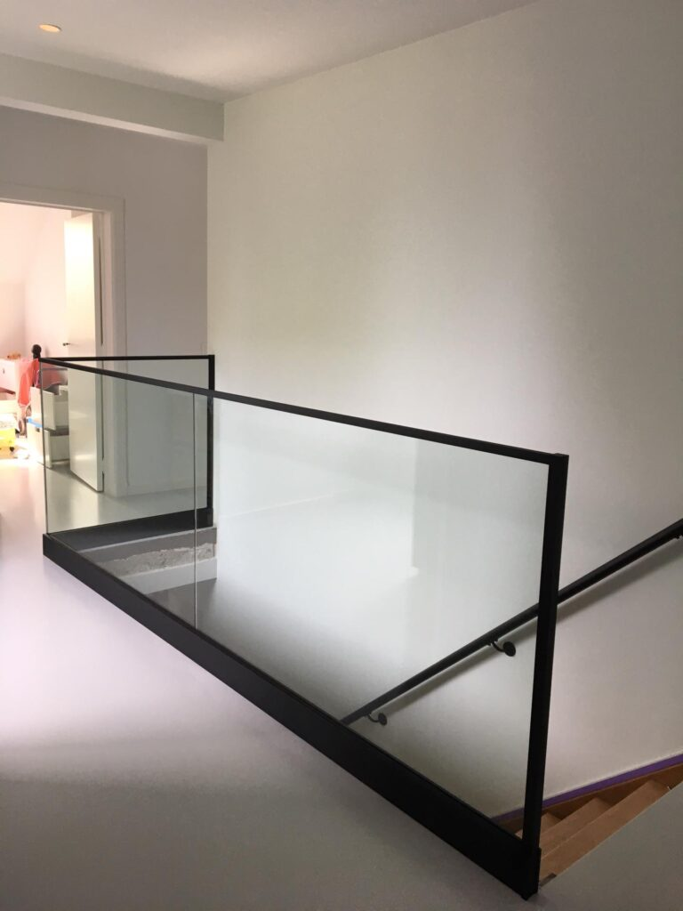 glazen balustrades binnen in de woning