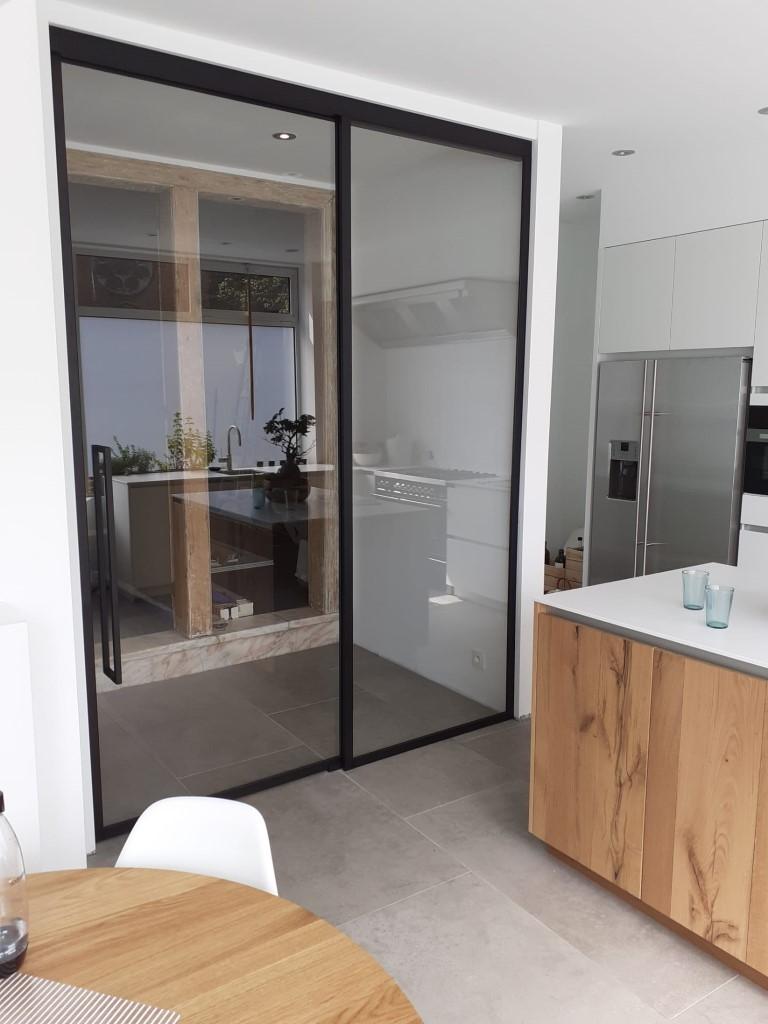Schuifdeur in steel look tussen keuken en woonkamer