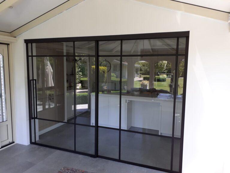 Schuifdeur in steel look tussen keuken en veranda