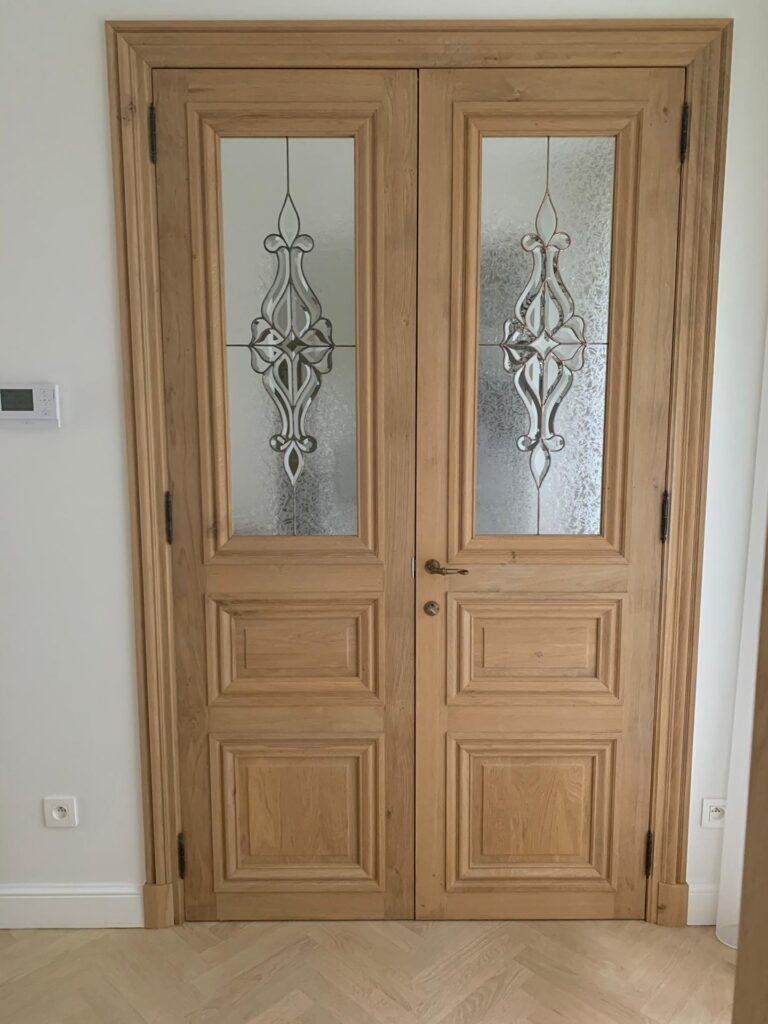 Glasramen in een houten deur