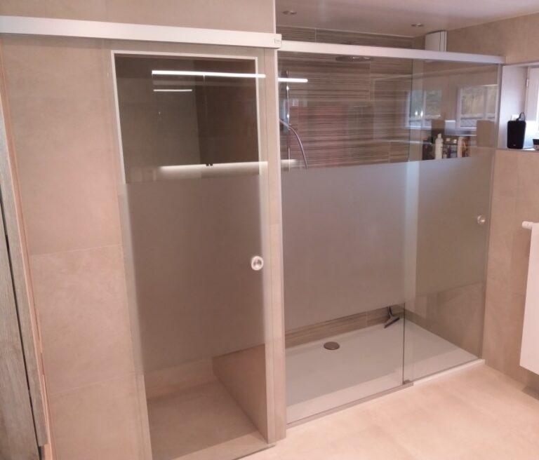 douchecabine met een schuifdeur als douchedeur