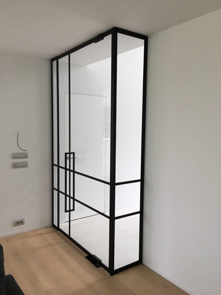 Glazen wand met glazen deur in steel look