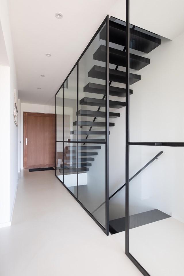 Hal: Glazen balustrades in gehard glas