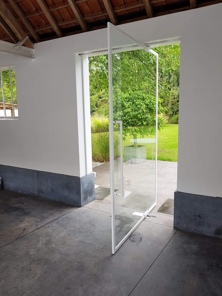 pivoterende deur in steel look met witte profielen