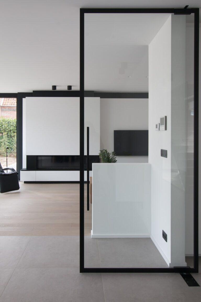 pivoterende deur in steel look met zwarte profielen