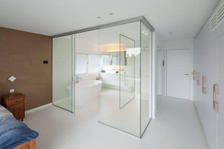 Badkamer: Glazen scheidingswand.