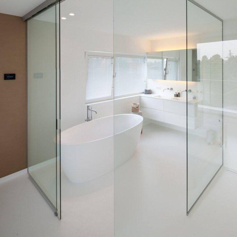 Badkamer: Glazen scheidingswand en glazen schuifdeuren