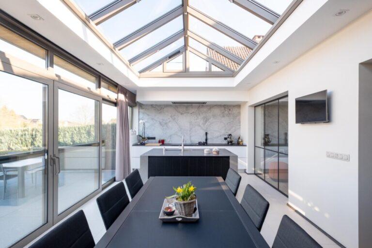 Keuken: Glazen schuifdeuren en glazen dak