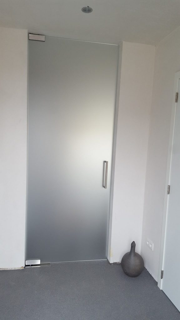 Glazen matte deur.