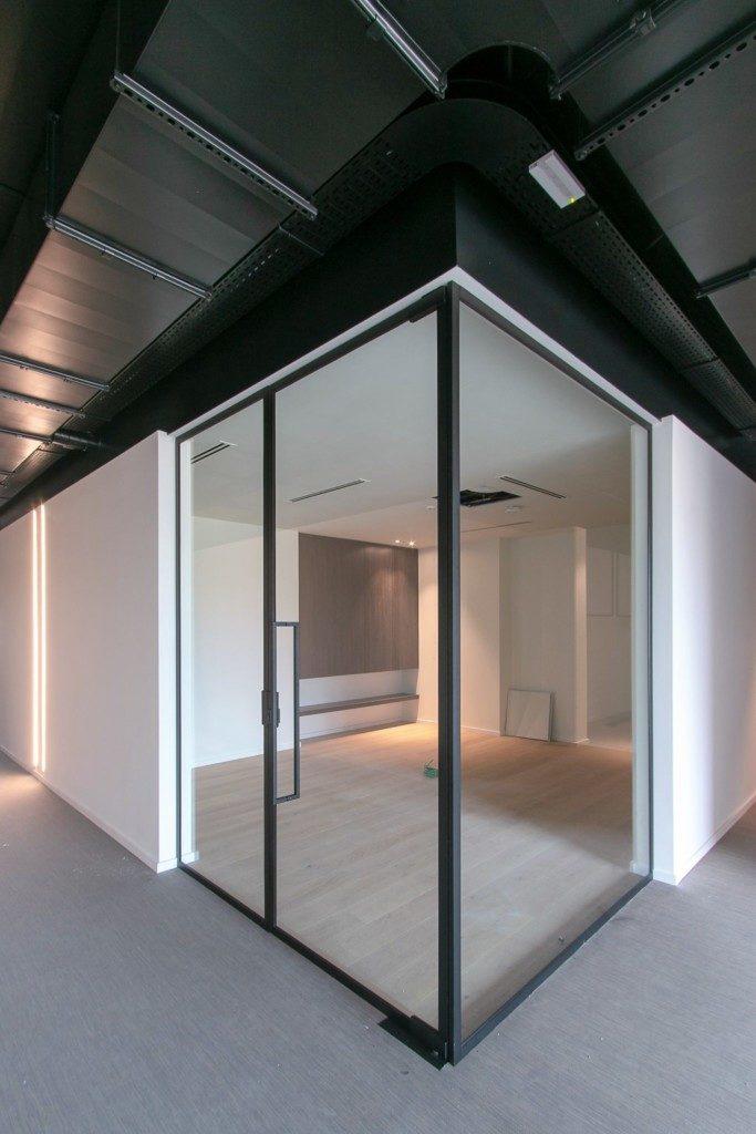 Glazen draaideur met steellook