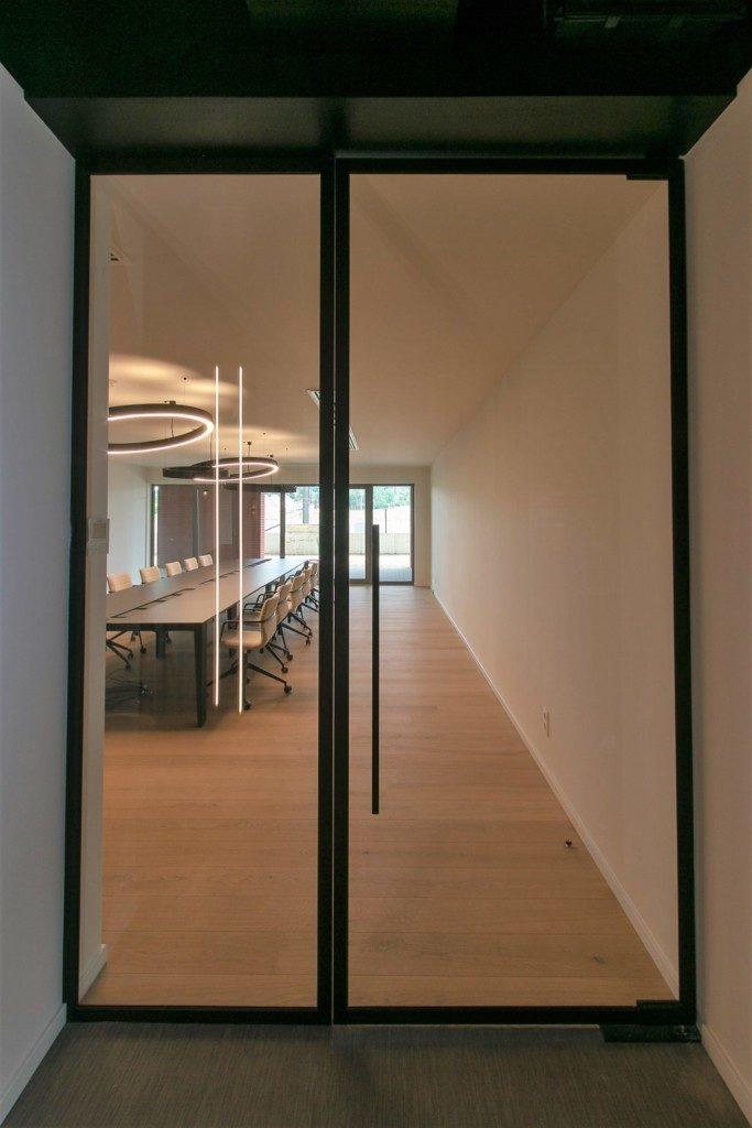 Glazen draaideur met steellook.
