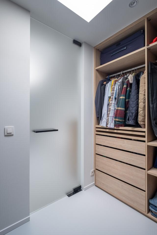 matglazen pivoterende deur in de dressing
