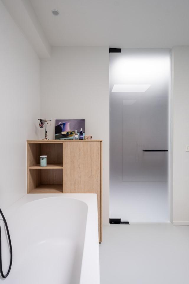 matglazen pivoterende deur in de badkamer