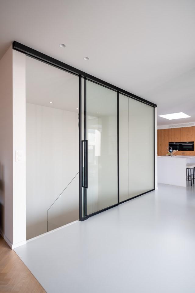 Hal - leefruimte: glazen scheidingswand met schuifdeur in steel look