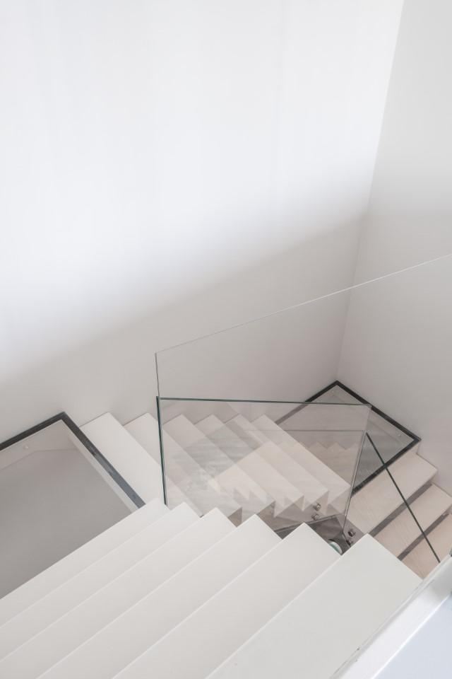 Hal - trap: glazen balustrade in extra klaar, gehard glas.
