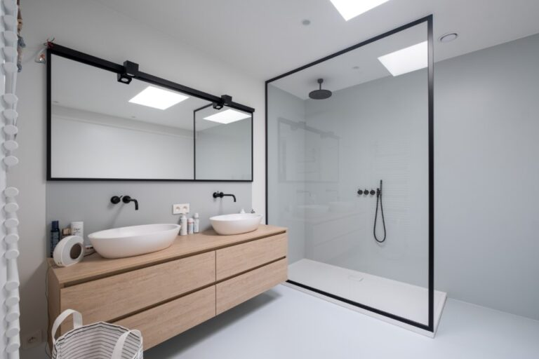 Badkamer - douchewand & spiegel in steel look omkaderd