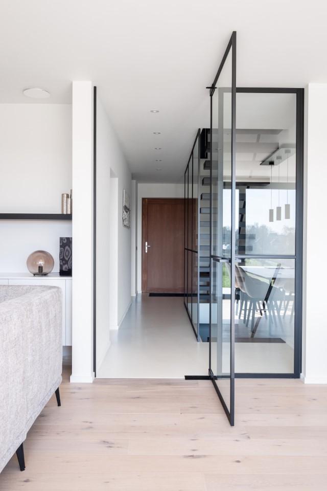 open pivoterende deur in steel look naar de leefruimte