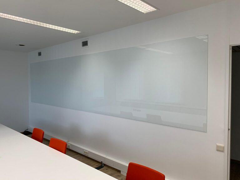 Gelakt glazen schrijfbord op kantoor