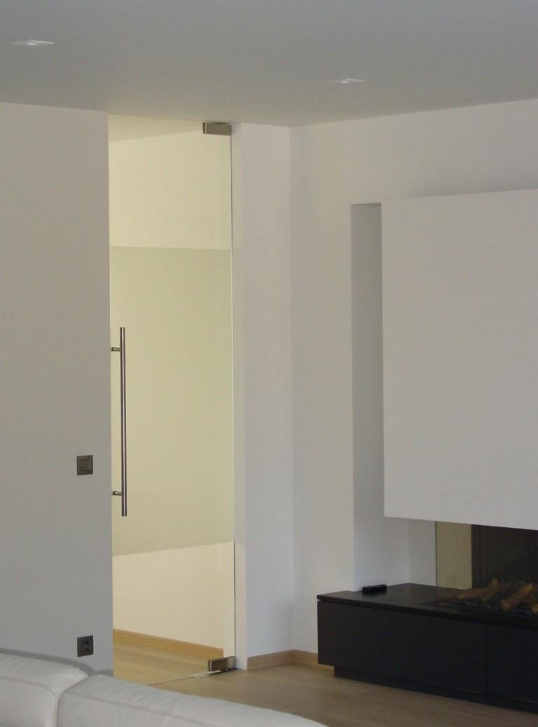 Pivoterende deur, in 2 richtingen openend & zelfsluitend, op een voetveer
